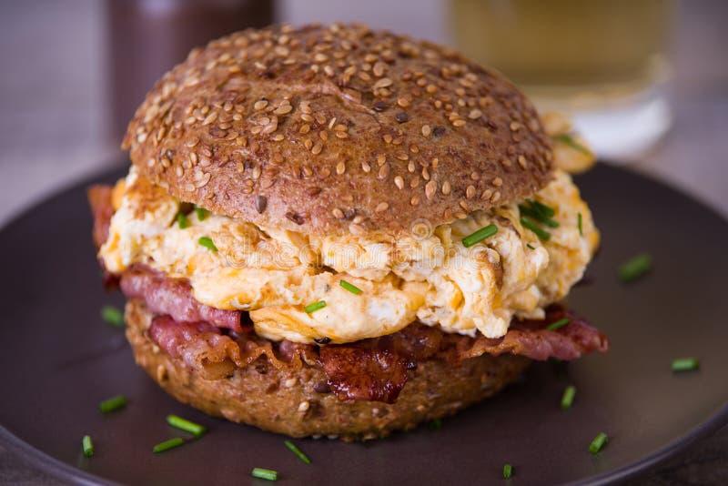 Bekonowy i rozdrapany jajeczny hamburger obrazy royalty free