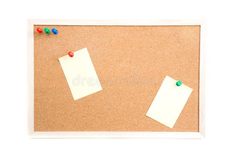 Bekorken Sie Brett mit Post-It und drücken Sie Stifte und Holzrahmen auf Weiß lizenzfreie stockfotos