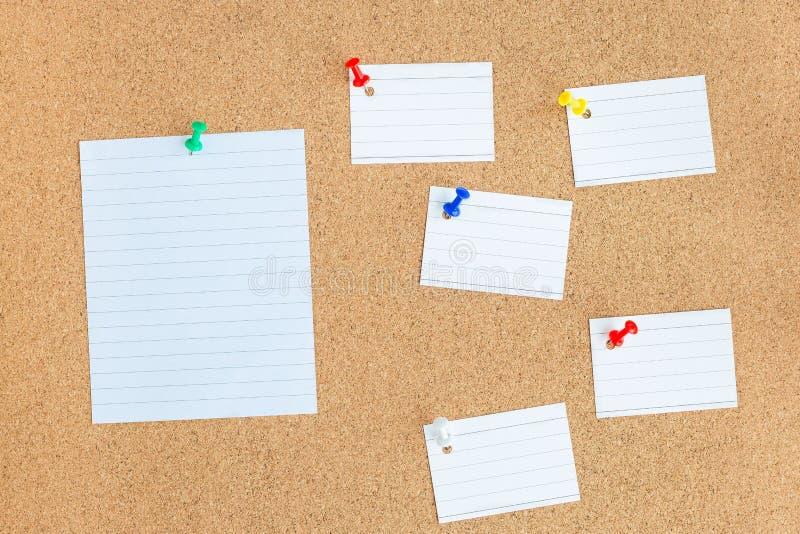 Bekorken Sie Speicherkarte mit festgesteckten leeren Frieden von Papieranmerkungen, bulle lizenzfreie stockfotos