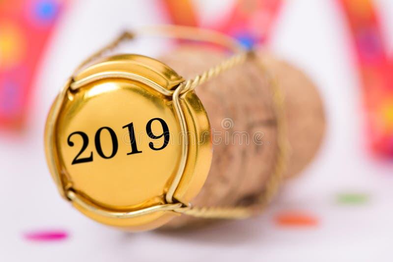 Bekorken Sie Stopper des Champagners mit neues Jahr ` s Datum 2019 stockbild