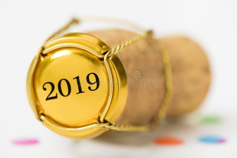 Bekorken Sie Stopper des Champagners mit neues Jahr ` s Datum 2019 lizenzfreie stockbilder