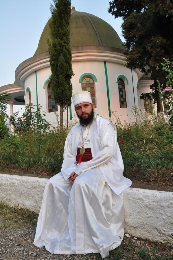 Bektashi Derwisch, der auf einer Wand von tekke sitzt lizenzfreie stockfotos