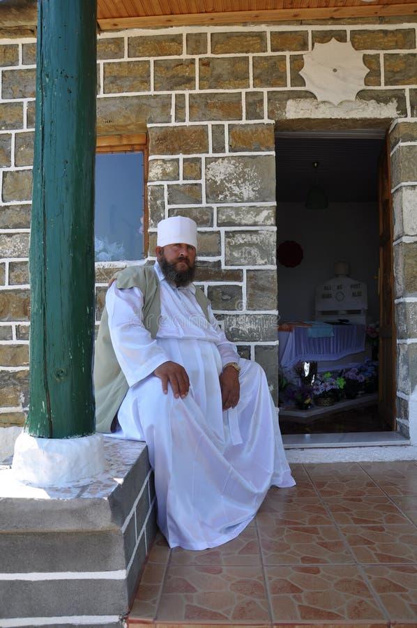 Bektashi Derwisch, der auf einer Wand von tekke sitzt stockfotos