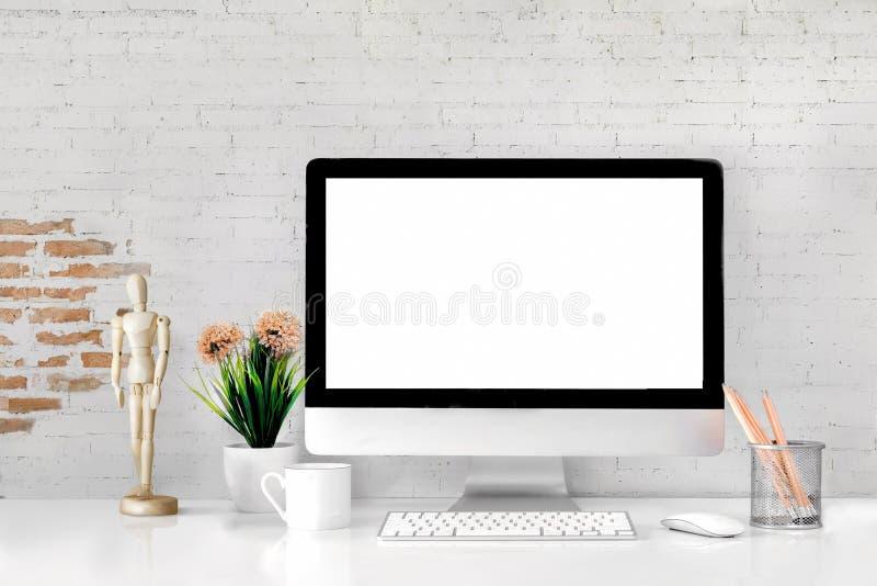 Bekväm arbetsplats med den moderna skrivbords- datoren royaltyfri bild