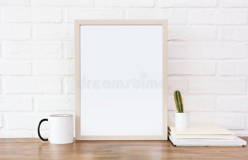 Bekväm bakgrund för vit för tegelsten för bildtabellkopp arkivfoton