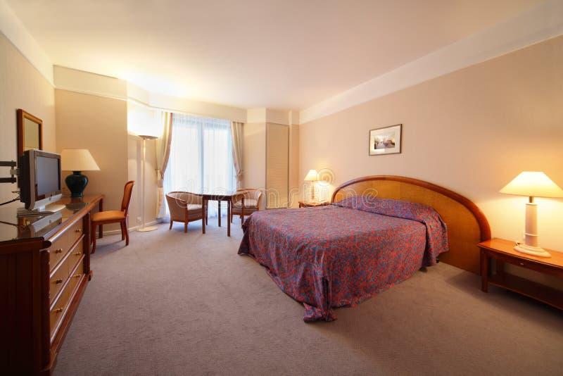 bekväm enkel hotelllampa för sovrum arkivfoto