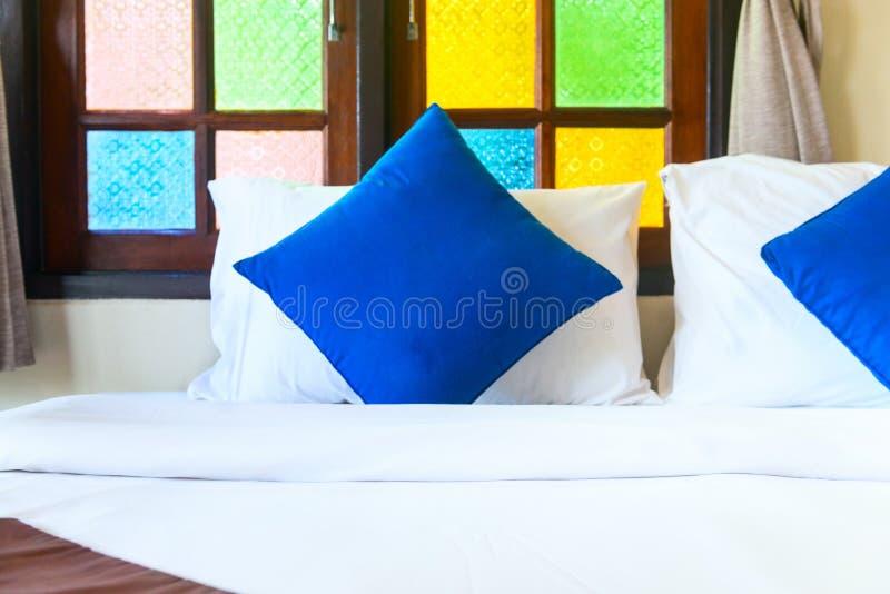 Bekväm konungsäng med blåa kuddar arkivfoto