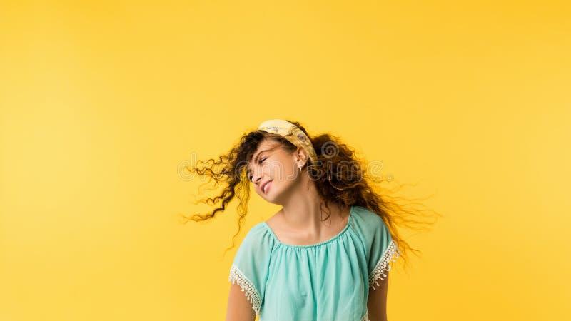 Bekväm lycklig gullig förtjust emotionell flicka fotografering för bildbyråer