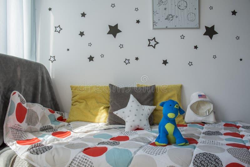 Bekväm säng för barn` s royaltyfria bilder