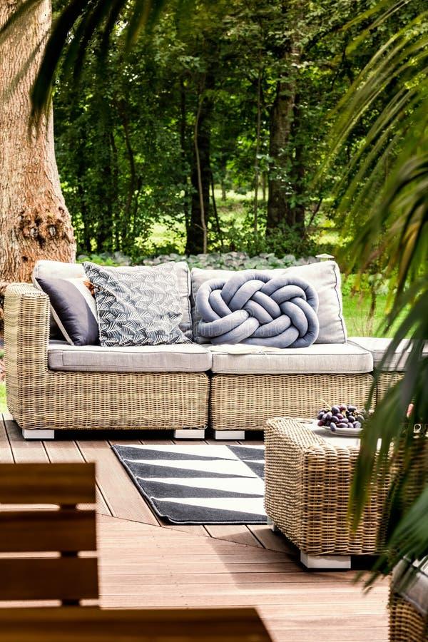 Bekväm soffa på uteplats royaltyfria bilder