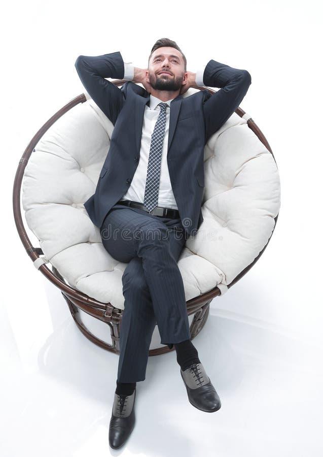 Bekväm stol för affärsmanrelaxarea arkivbild