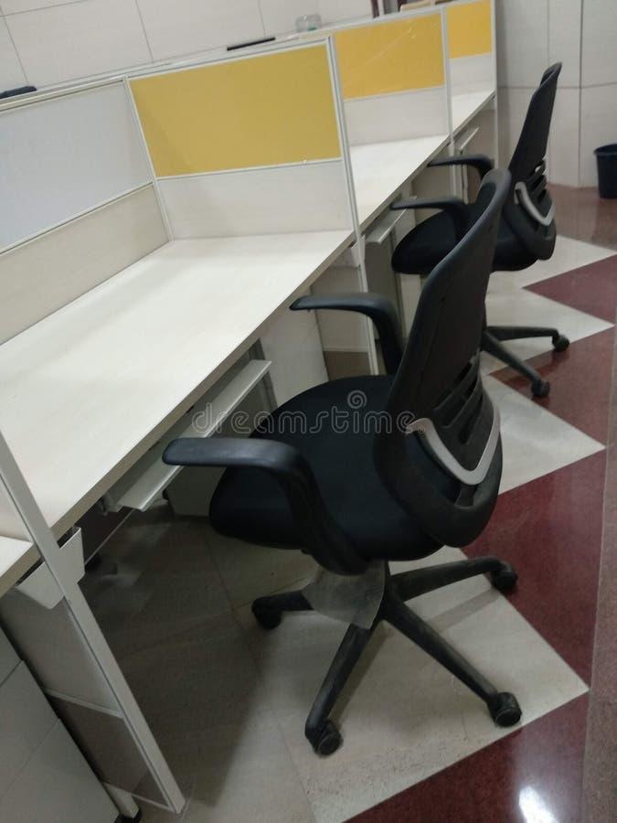 Bekväm stol för kontorsarbete för fridsamt meningsarbete arkivfoto