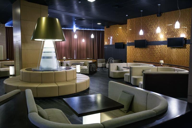 Bekväm vardagsrumzon i lyxig inre i hotelllobby eller restaurang med soffor och tabeller royaltyfri fotografi