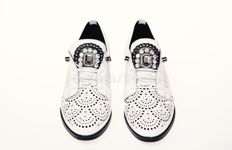 Bekväma moderna lättvikts- oxford skor på vit bakgrund som isoleras Par av bekväma oxfordsskor kvinnlig fotografering för bildbyråer