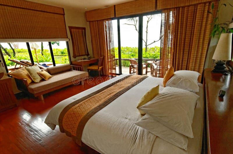 Bekvämt hotellrum royaltyfri fotografi