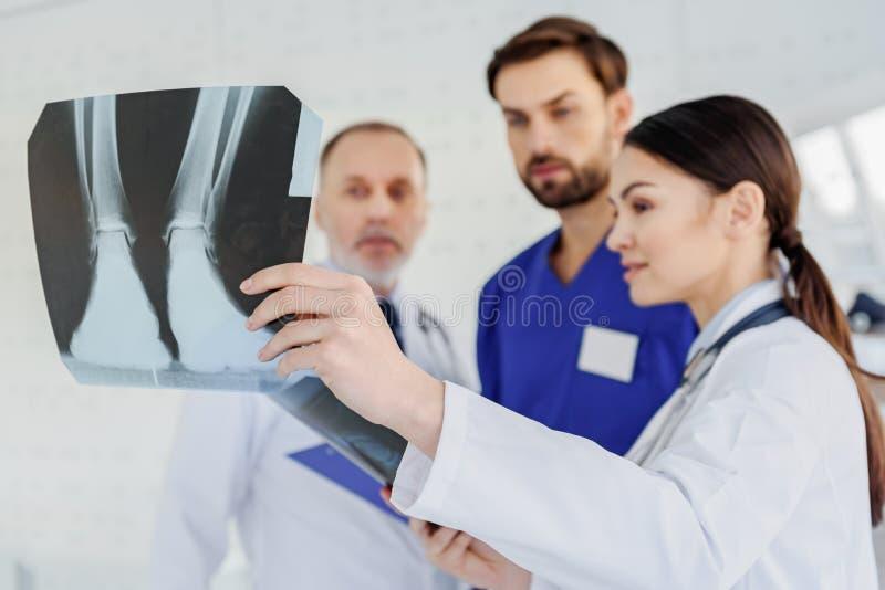 Bekwame artsen die x-ray foto analyseren stock foto