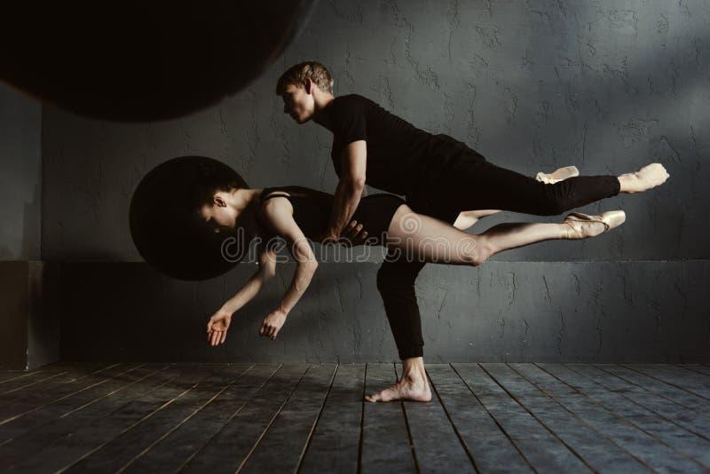 Bekwame balletdansers die het dansen pa in de studio uitvoeren stock foto