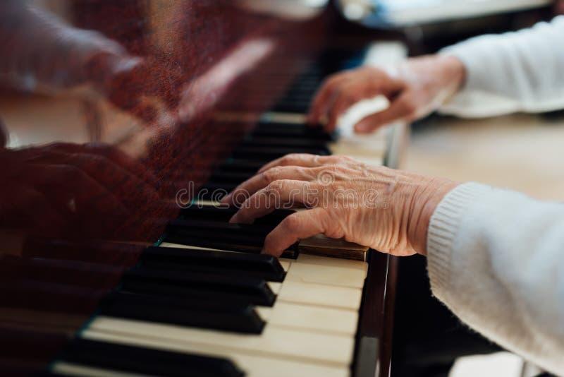 Bekwame handen de oude meesters van pianoclose-up royalty-vrije stock fotografie