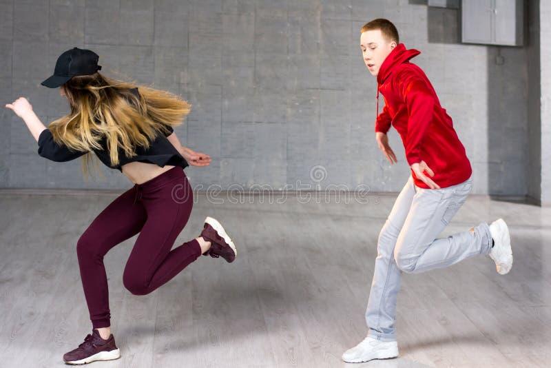Bekwame hiphopdansers in beweging royalty-vrije stock afbeelding