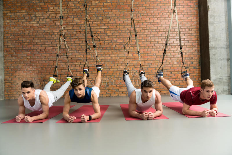 Bekwame mannelijke atleet die in gymnastiek uitoefenen royalty-vrije stock fotografie