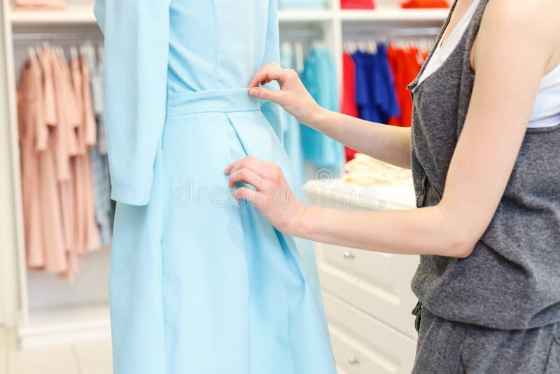 Bekwame vrouwelijke kleermaker die in atelier werken stock fotografie