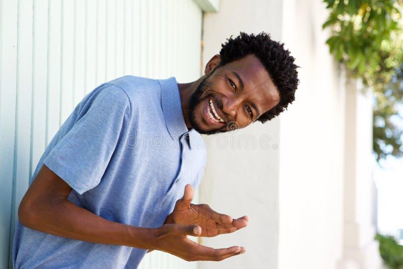Bekymmerslös afrikansk amerikanman som utanför skrattar royaltyfria bilder