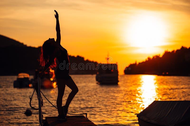 Bekymmerslös allsidig kvinna i natur Finna inre fred Andlig läka livsstil Tycka om fred, anti--spänning terapi, mindfulness M royaltyfria foton