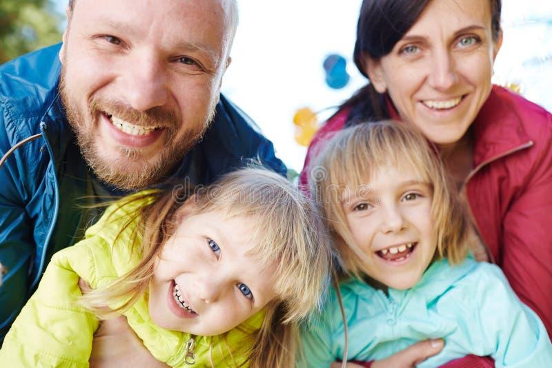 Bekymmerslös familj som poserar för fotografi royaltyfria foton