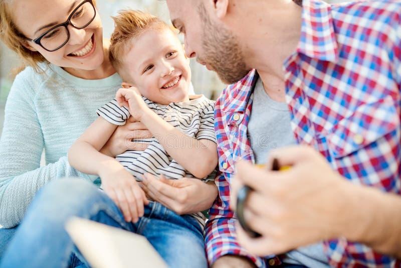 Bekymmerslös familj som spelar med ungen royaltyfria foton