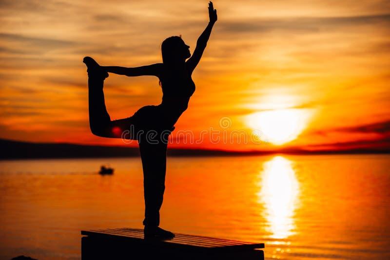 Bekymmerslös kvinna som mediterar i natur Finna inre fred Man att göra hälften som viker i sittande lotusblommapos Andlig läka li fotografering för bildbyråer