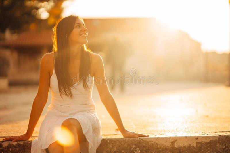 Bekymmerslös kvinna som tycker om i naturen, härligt rött solnedgångsolsken Finna inre fred Andlig läka livsstil tycka om fred arkivfoto