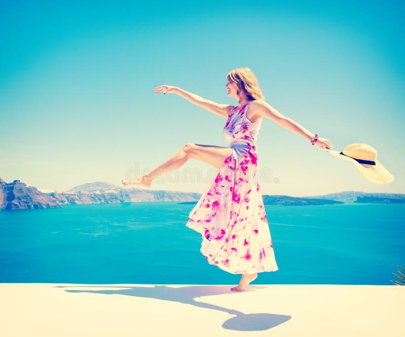 Bekymmerslös lycklig kvinna som tycker om liv i sommar royaltyfria bilder