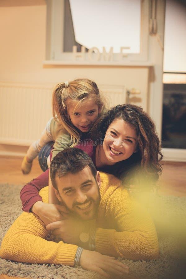 Bekymmerslösa ögonblick med familjen royaltyfri bild