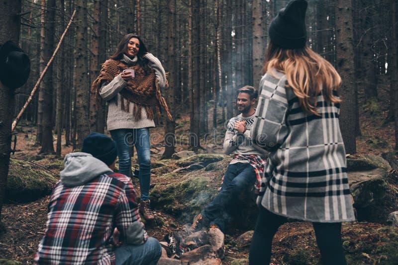 Bekymmerslöst och lyckligt Grupp av lyckliga ungdomarsom omkring står arkivbilder