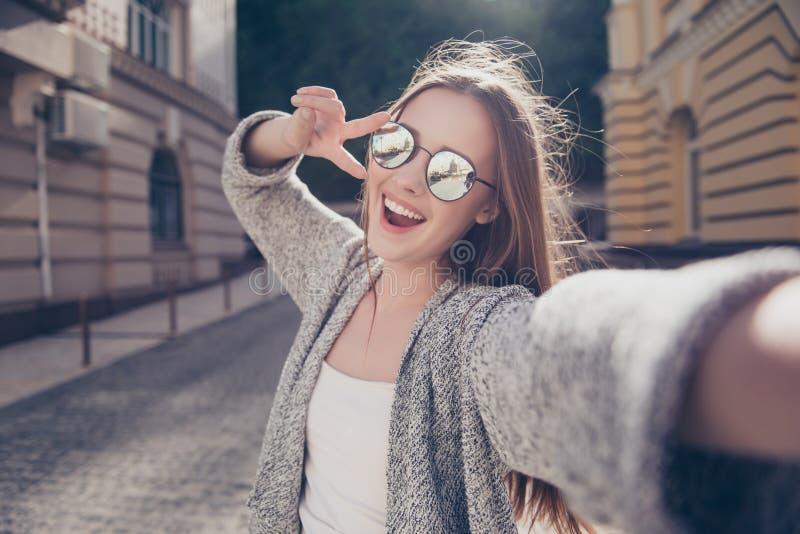 Bekymmerslöst och lyckligt soligt vårlynne Gullig ung le flicka I royaltyfri bild