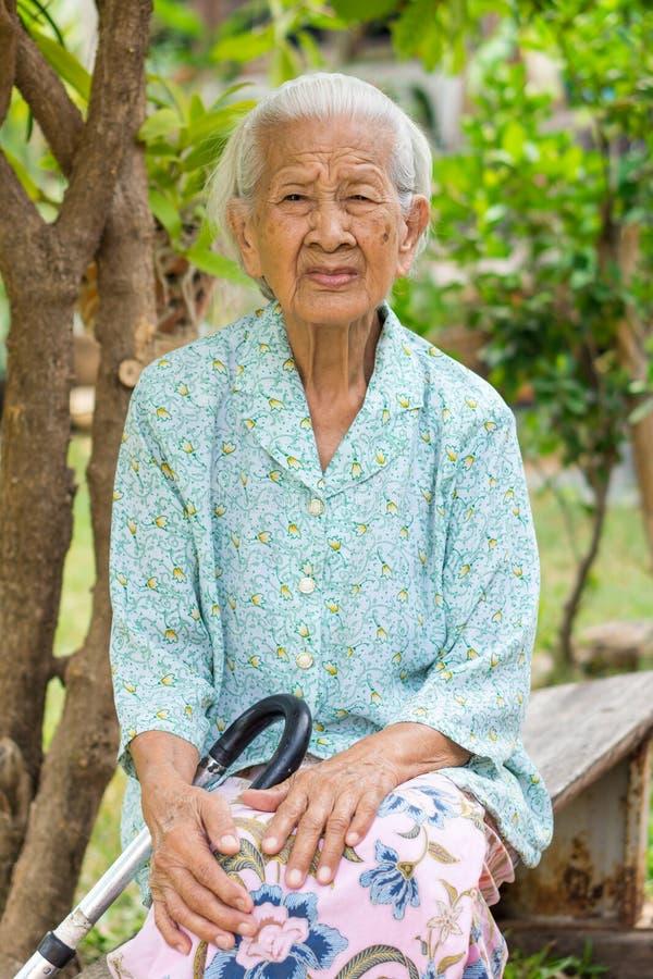 Bekymrad äldre asiatisk kvinnastående royaltyfri bild