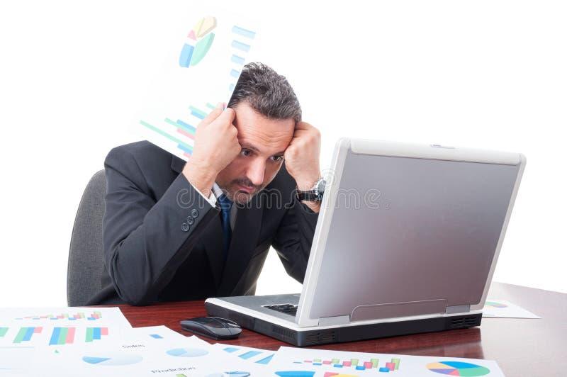 Bekymrad affärsman som har problem med finansiella inkomster royaltyfria bilder