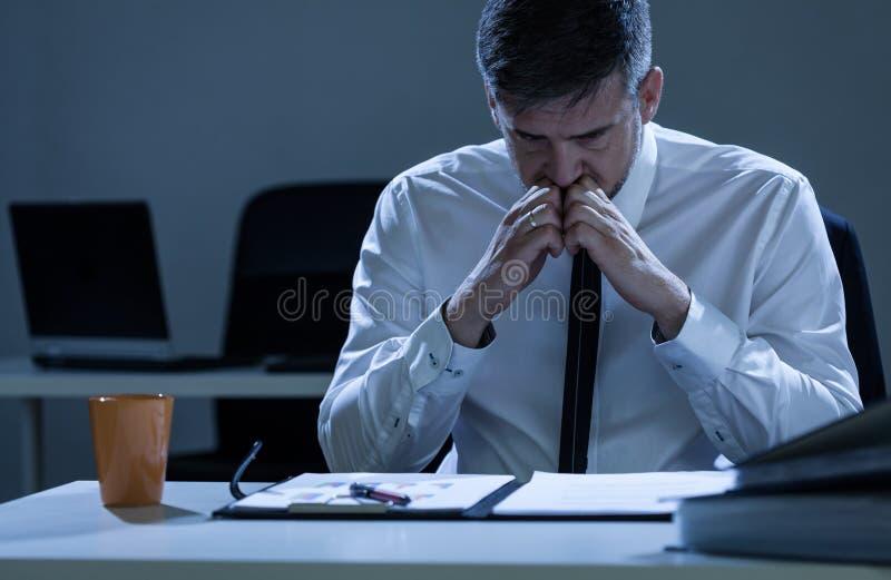 Bekymrad affärsman som praparing för presentation fotografering för bildbyråer