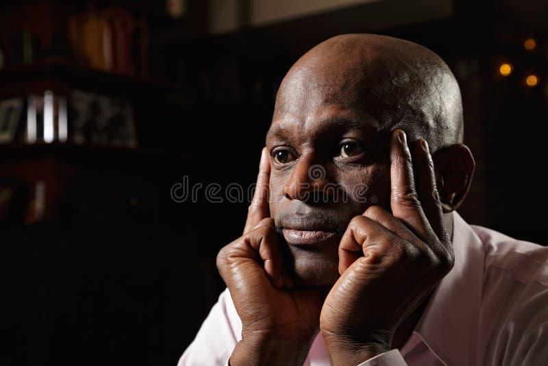Bekymrad afrikansk affärsman royaltyfria foton