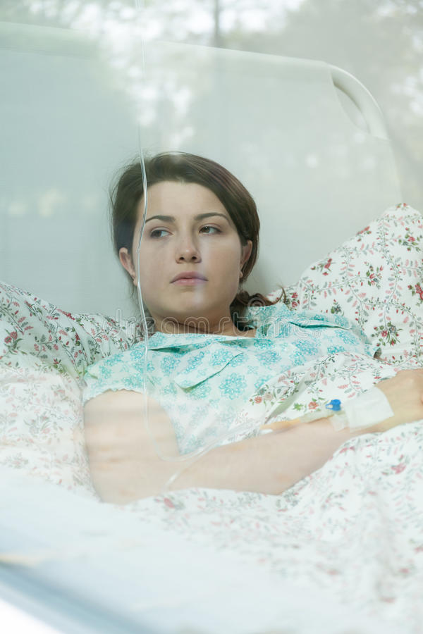 Bekymrad flicka med kemoterapi royaltyfria bilder