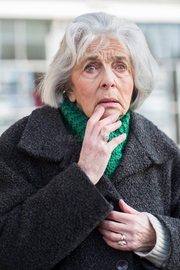 Bekymrad hög kvinna som utomhus ser borttappad royaltyfri foto
