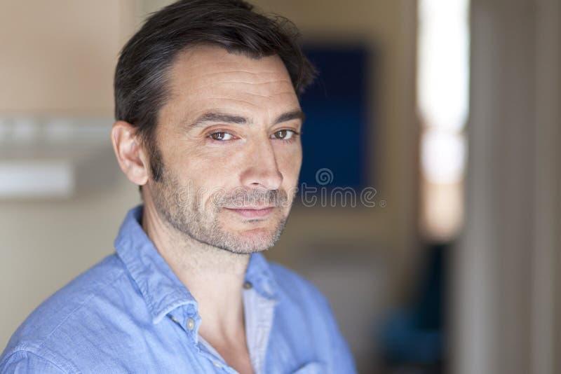 Bekymrad italiensk man på sjukhuset fotografering för bildbyråer