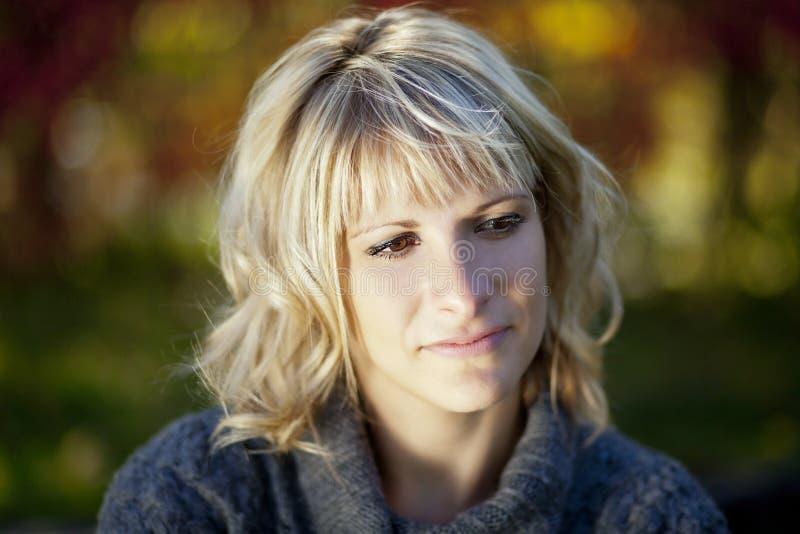 Bekymrad kvinna PÅ parkera fotografering för bildbyråer