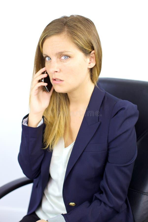 Bekymrad kvinna på telefonen royaltyfria bilder