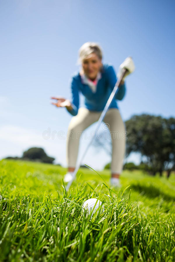 Bekymrad kvinnlig golfare som ser golfboll arkivfoton