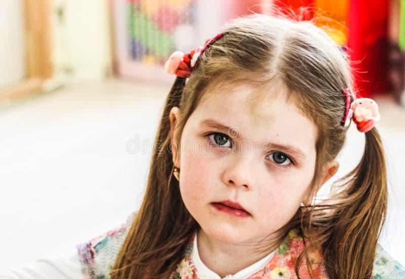 Bekymrad liten flicka royaltyfri fotografi