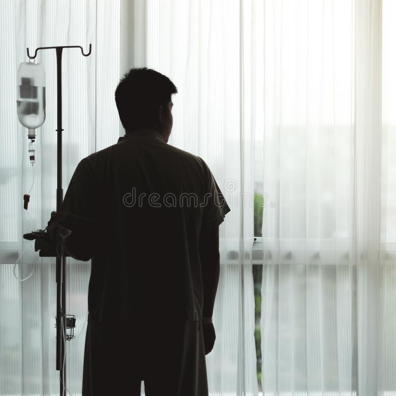 Bekymrad man i sjukhus royaltyfri fotografi