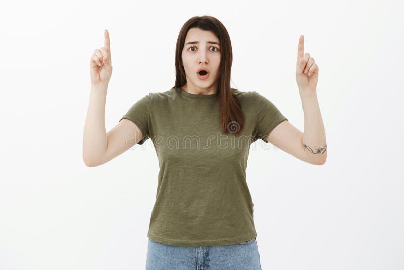 Bekymrad och nervös chockad ung bekymrad kvinna som reagerar till den otrevliga och störande kippa öppna munnen för nyheterna frå royaltyfria bilder