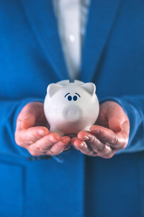 Bekymrad och rädd piggy myntbank royaltyfri bild