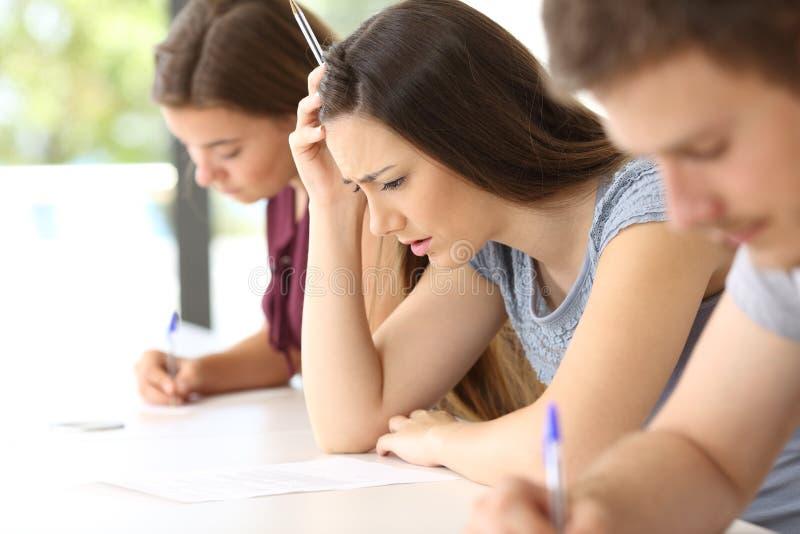 Bekymrad student som försöker att göra en svår examen arkivbild